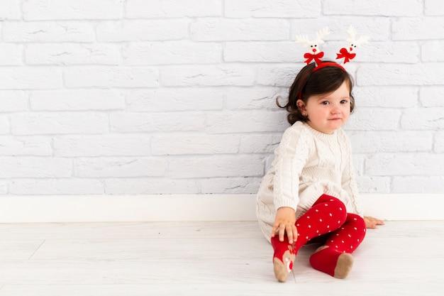 Ritratto di bambina adorabile che osserva via