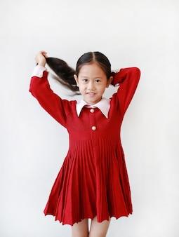 Ritratto di bambina asiatica che indossa un abito rosso