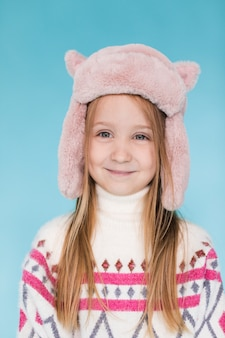 Ritratto di bambina carina con cappello invernale