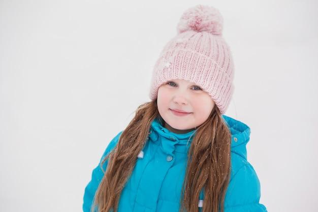 Ritratto di bambina carina in inverno