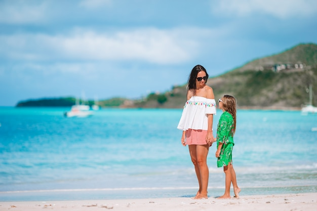 Ritratto di bambina e madre in vacanza estiva