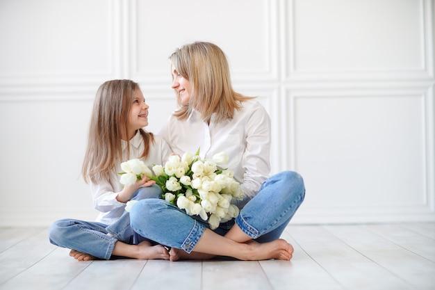 Ritratto di bambina e sua madre con tulipani bianchi