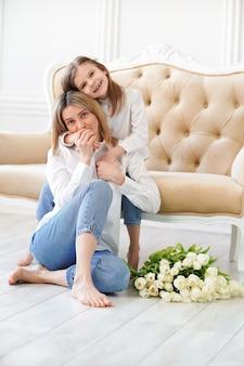 Ritratto di bambina e sua madre sul soggiorno