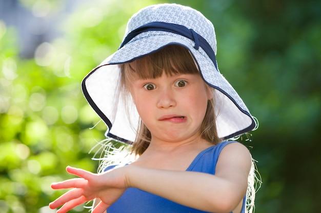 Ritratto di bambina in un grande cappello.