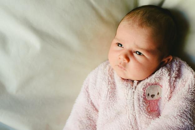 Ritratto di bambina rilassata con pigiama rosa.