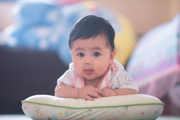 Ritratto di bambino carino sul pavimento