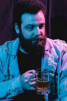 Ritratto di barba uomo che osserva via