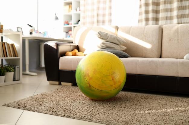 Ritratto di bel soggiorno luminoso e accogliente divano beige.