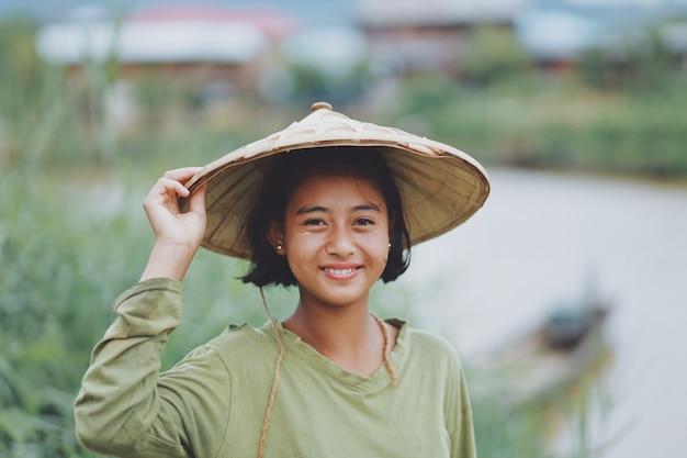 Ritratto di bella contadina birmana asiatica nel myanmar