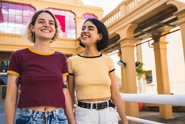 Ritratto di bella coppia lesbica trascorrere del tempo insieme e avere un appuntamento all'aperto. lgbt., amore e concetto di relazione.