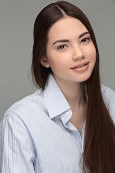 Ritratto di bella donna adolescente dai capelli scuri