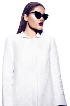 Ritratto di bella donna alla moda con le labbra rosse