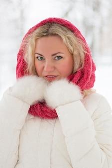 Ritratto di bella donna bionda sotto nevicate