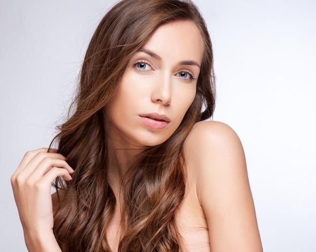 Ritratto di bella donna bruna con capelli sani.