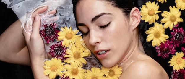 Ritratto di bella donna che gode del trattamento termale