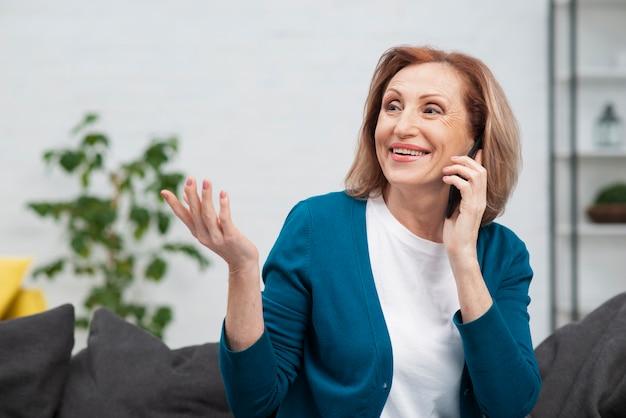 Ritratto di bella donna che parla al telefono