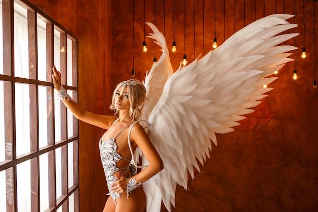 Ritratto di bella donna con ali d'angelo bianco su