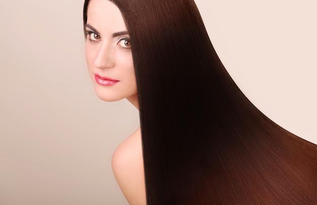Ritratto di bella donna con i capelli lunghi.