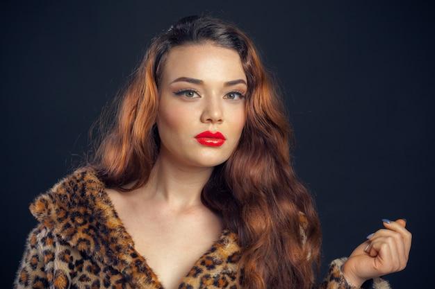 Ritratto di bella donna con pelliccia