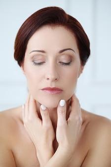 Ritratto di bella donna, concetto di cura della pelle del viso