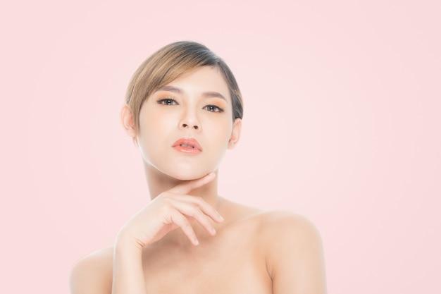 Ritratto di bella donna, cura della pelle o concetto di bellezza