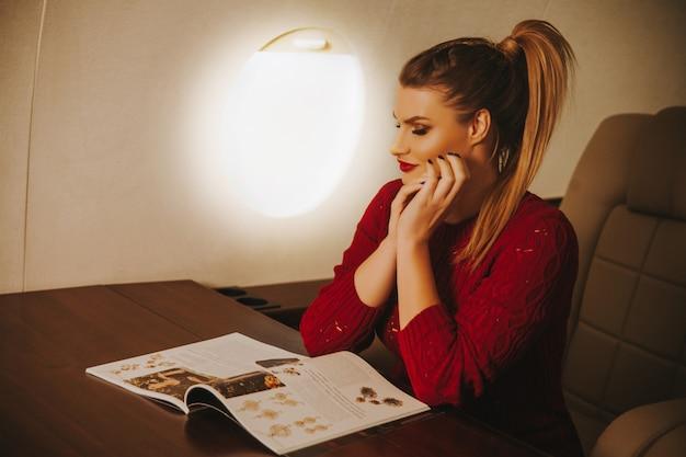 Ritratto di bella donna d'affari nel jet aziendale.