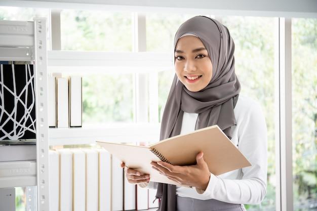 Ritratto di bella donna di affari asiatica astuta che lavora nell'ufficio
