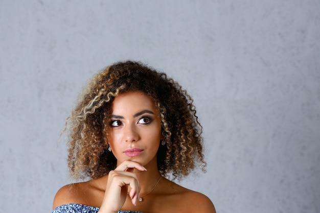 Ritratto di bella donna di colore. vale un grigio
