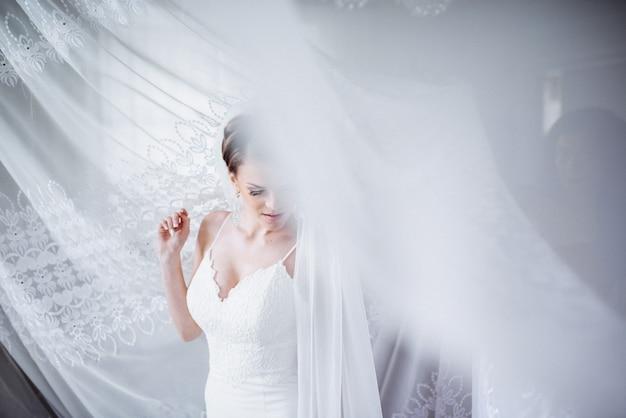 Ritratto di bella donna in abito da sposa