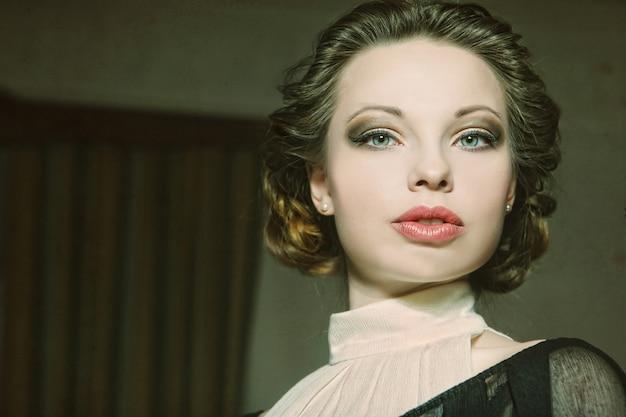 Ritratto di bella donna in interni classici. elaborazione vintage