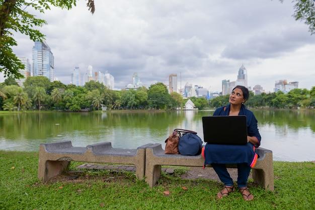 Ritratto di bella donna indiana matura che esplora la città di bangkok, tailandia