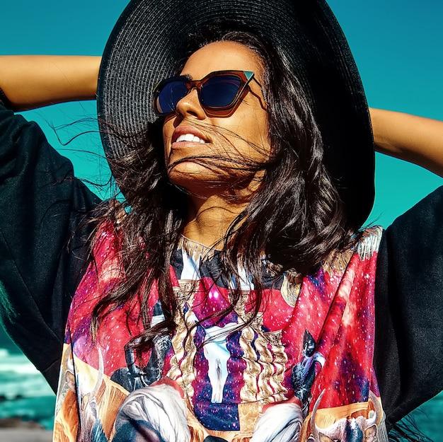 Ritratto di bella giovane donna alla moda alla spiaggia