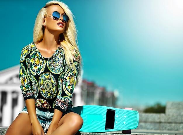 Ritratto di bella giovane donna alla moda nella via