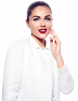 Ritratto di bella giovane donna alla moda