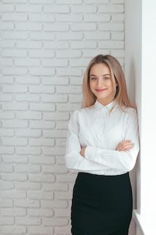 Ritratto di bella giovane donna che lavora in ufficio.