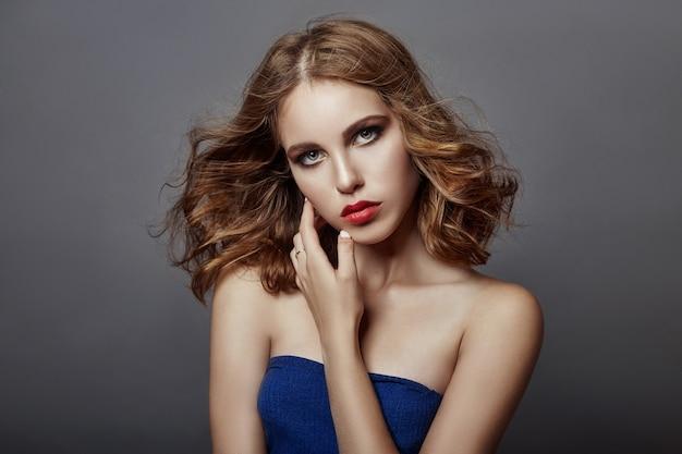 Ritratto di bella giovane donna con i capelli di volo