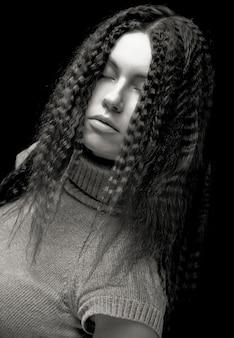 Ritratto di bella giovane donna con i capelli ricci