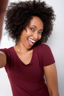 Ritratto di bella giovane donna prendendo selfie