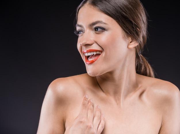 Ritratto di bella giovane donna senza camicia.
