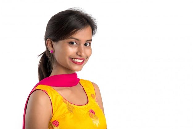 Ritratto di bella giovane donna sorridente su bianco