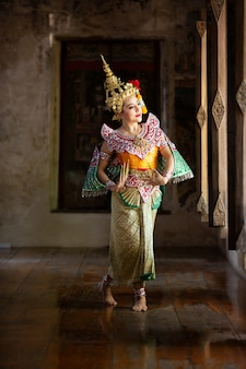 Ritratto di bella giovane donna thailandese in costume tradizionale abito kinnaree cultura arte thailandia ballando in khon mascherato kinnaree in letteratura amayana, cultura thailandese khon, ayuttaya, thailandia.