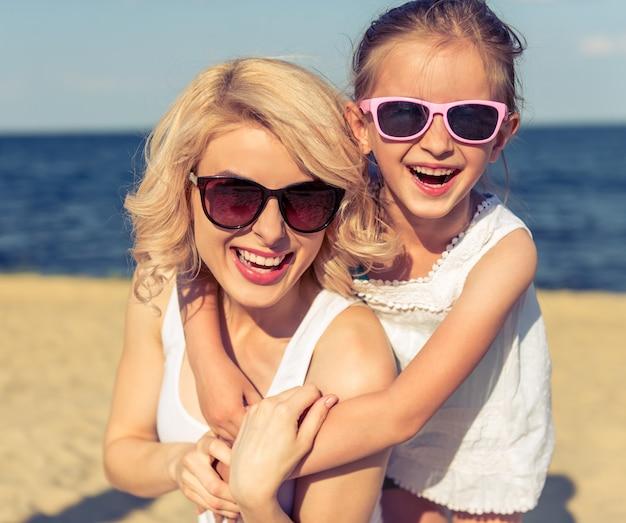 Ritratto di bella giovane mamma e la sua piccola figlia carina