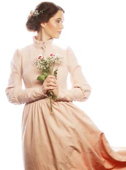 Ritratto di bella giovane sposa in abito rosa isolato su uno spazio bianco