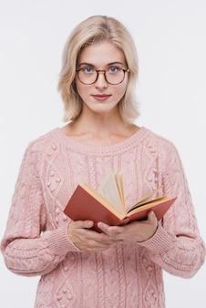Ritratto di bella ragazza che tiene un libro