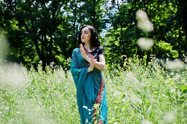 Ritratto di bella ragazza indiana brumette o modello donna indù. costume tradizionale indiano lehenga choli.