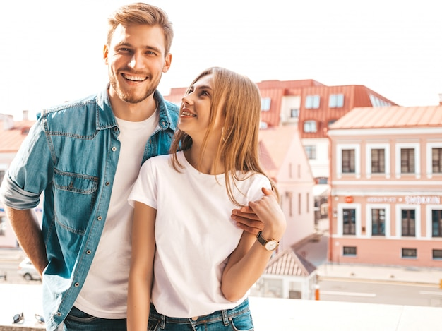 Ritratto di bella ragazza sorridente e il suo bel ragazzo. donna in abiti casual jeans estivi. famiglia felice e allegra.