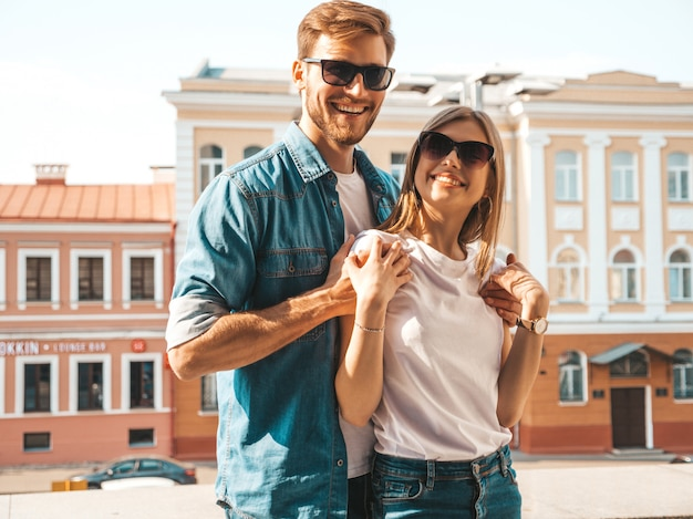 Ritratto di bella ragazza sorridente e il suo bel ragazzo. donna in abiti casual jeans estivi.