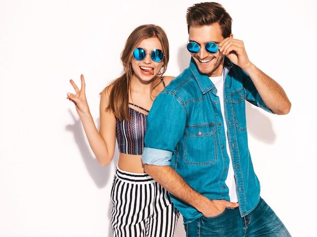 Ritratto di bella ragazza sorridente e il suo ragazzo bello ridere. felice coppia allegra in occhiali da sole.