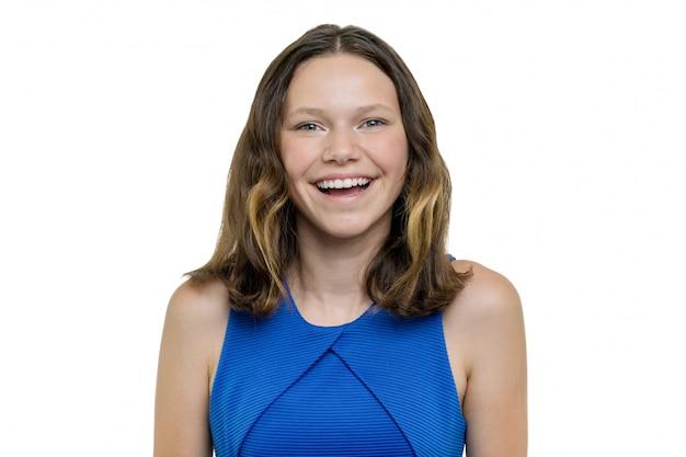 Ritratto di bella ragazza teenager con il sorriso bianco perfetto