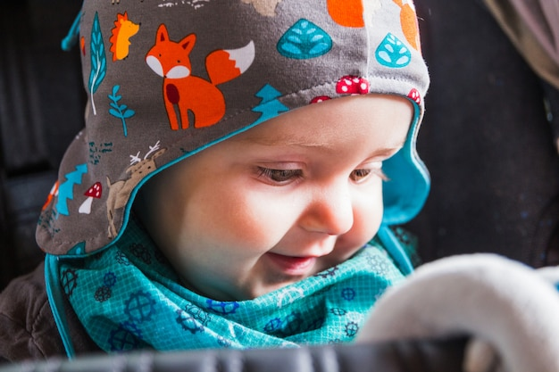 Ritratto di bella sorridente bambino carino